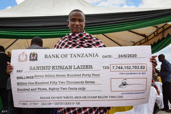 Saniniu Kuryan Laizer a drágakövekért kapott csekkel