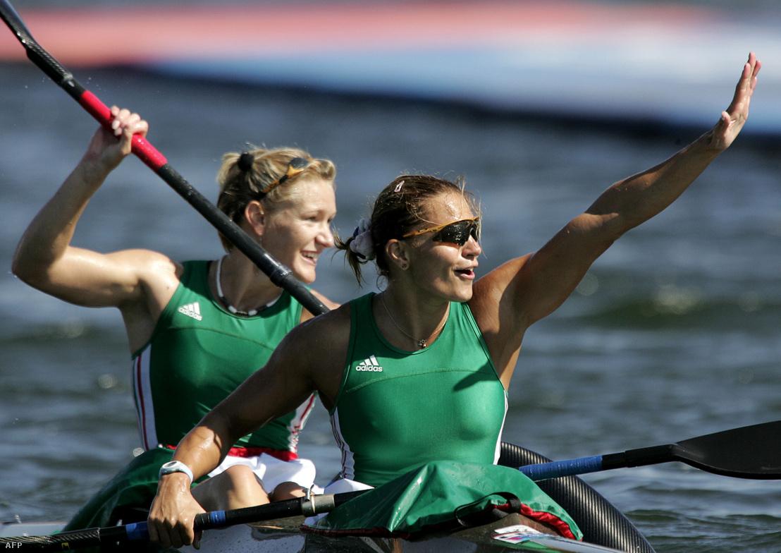 Kovács Katalin és Janics Natasa 2004-ben Athénban, győzelmüket ünnepelve