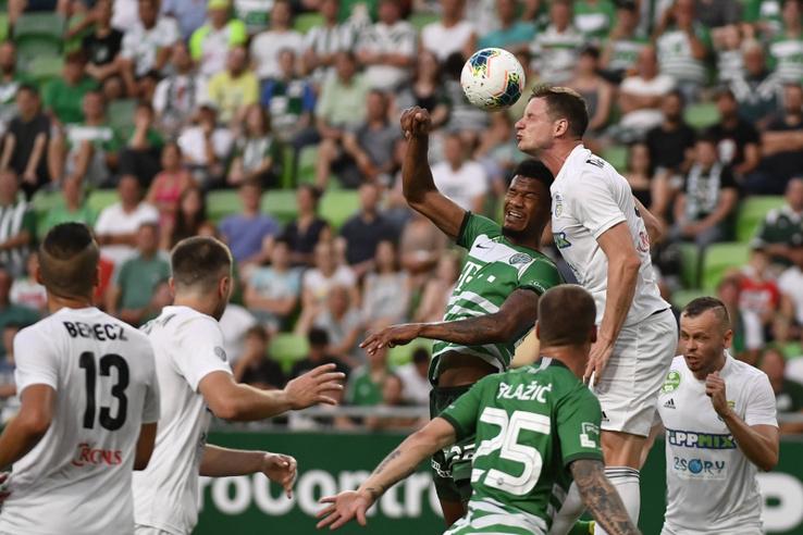 A ferencvárosi Kenneth Otigba (j4) és a mezõkövesdi Jurij Nesterov (j2) a labdarúgó OTP Bank Liga 33. utolsó fordulójában játszott Ferencvárosi TC -Mezõkövesd Zsóry FC mérkõzésen a Groupama Arénában 2020. június 27-én.