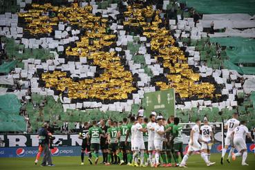 A Ferencváros 31. bajnoki elsõségét ünneplõ szurkolók a labdarúgó OTP Bank Liga 33. utolsó fordulójában játszott Ferencvárosi TC -Mezõkövesd Zsóry FC mérkõzés kezdetén a Groupama Arénában 2020. június 27-én. A zöld-fehérek már a 30. fordulóban megszerezték a bajnoki címet.