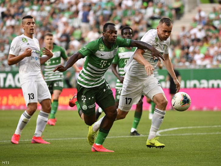 A ferencvárosi Sylvestre Bi Boli (k) a mezõkövesdi Pillár Róbert (j) és Berecz Zsombor (b) a labdarúgó OTP Bank Liga 33. utolsó fordulójában játszott Ferencvárosi TC -Mezõkövesd Zsóry FC mérkõzésen a Groupama Arénában 2020. június 27-én.