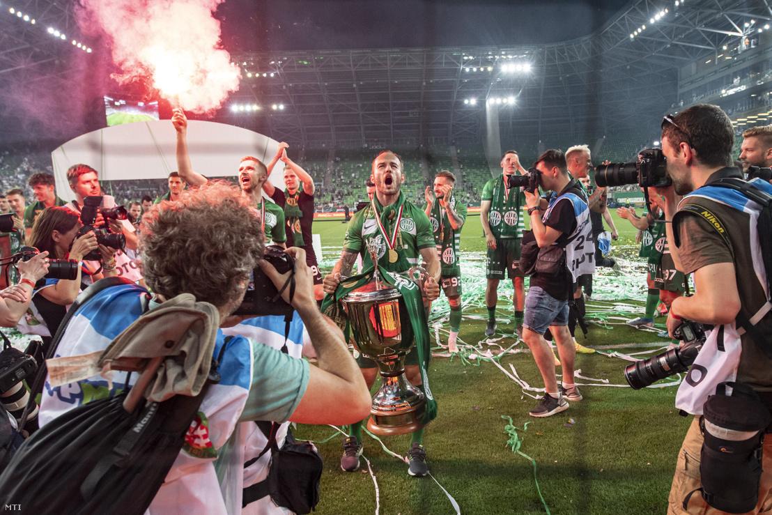 A bajnok Ferencváros labdarúgócsapatának tagjai ünnepelnek középen Lovrencsics Gergõ csapatkapitány miután átvették az aranyérmet és a kupát az OTP Bank Liga 33. utolsó fordulójában játszott Ferencvárosi TC - Mezõkövesd Zsóry FC mérkõzés utáni ünnepségen a Groupama Arénában 2020. június 27-én. A Ferencváros 31. bajnoki címét szerezte meg.