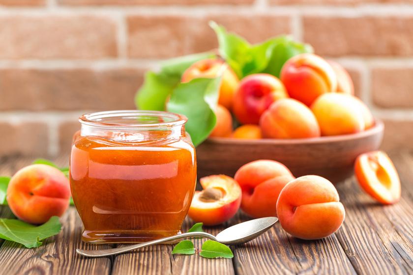 A házi sárgabaracklekvár egyszerűen felülmúlhatatlan. Ha kilaktál már a gyümölcsből, mentsd át az ízét télre! Egyszerűsítsd le a munkádat néhány trükkel! Könnyen lehúzhatod a héját, ha forró vízbe mártod a gyümölcsöt, de akár héjastul is megfőzheted.