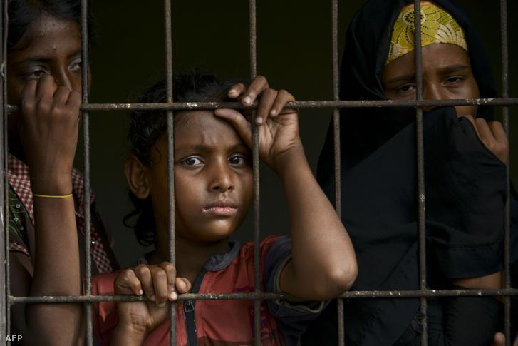Mianmari rohingja menekültek az indonéz Lhokseumawe menekülttáborban. A menedékkérők elbeszélései szerint az embercsempészek megverték őket, és a saját vizeletüket kellett inniuk, hogy folyadékhoz jussanak.