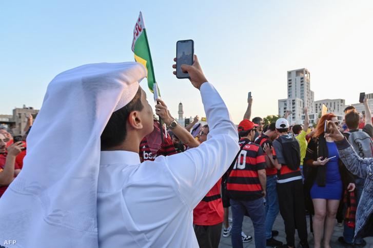 Egy katari férfi fotózza a klub-világbajnokságra érkezett Flamengo-szurkolókat 2019 decemberében