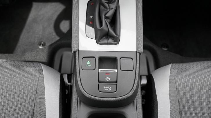 Az ECON mód kapcsolója a sebességváltó mögött kap helyet. B-fokozatban pedig nagyobb a lassulás, és a visszatermelés is