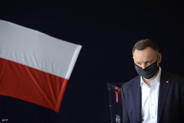 Andrzej Duda érkezik a szavazásra Krakkóban 2020. június 28-án