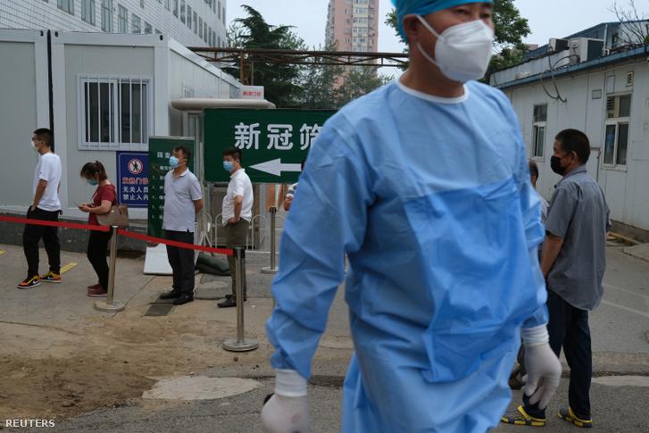 Emberek állnak sorban koronavírus-tesztelésre Pekingben 2020. június 29-én