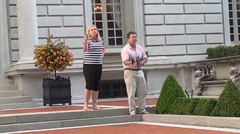 Fegyverrel vonult ki a tüntetők ellen az otthona elé egy amerikai ügyvédpár