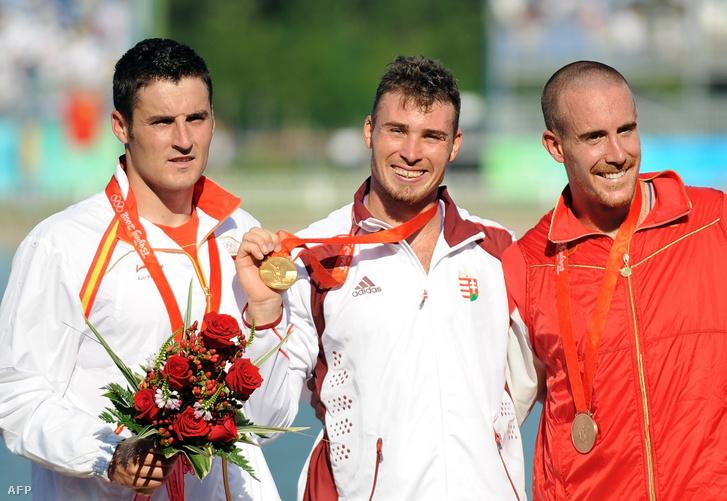 Vajda Attila (középen) aranyérmével a pekingi olimpián 2008. augusztus 22-én. David Calm, ezüstérmes és Thomas Hall, bronzérmes versenyzők társaságában
