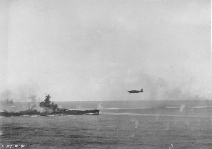 Egy japán bombázó támad a USS South Dakotára a Santa Cruz-szigeteki csatában.