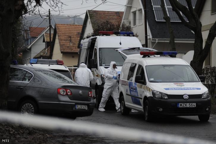 Bűnügyi helyszínelők a főváros III. kerületében, ahol több lövéssel végeztek egy nővel hajnalban 2018. november 21-én