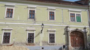 Vác főterén is összedőlhet két műemlék ház
