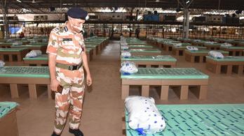 Átadták a világ egyik legnagyobb járványkórházát, ahol az ágyak egy része kartondobozokból készült
