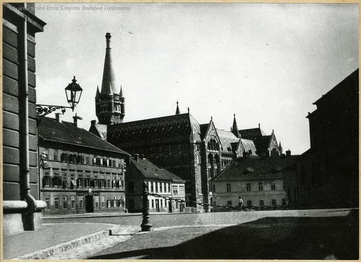 A Nándor utca a háború előtt, a Teherelosztó nagyjából a második klasszicista polgárház helyére épült fel