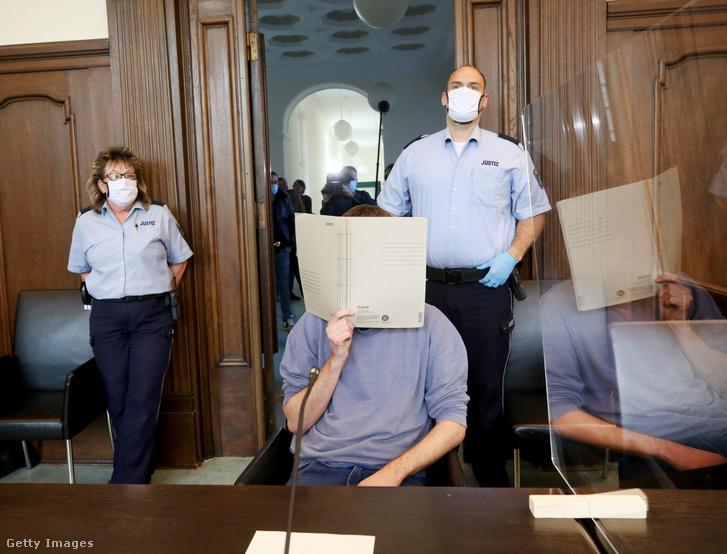 2020. május 26-án zajló tárgyaláson az ügy egyik vádlottja a bíróságonMoers városában, akit a többszöri szexuális zaklatás mellett pornográf írások közzétételével is gyanúsítanak.