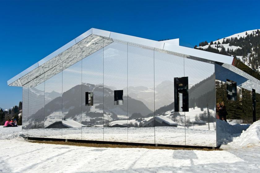 Doug Aitken tükörrel borított gerendás háza alig-alig vehető észre: a Coachella-völgyben, Kaliforniában található.