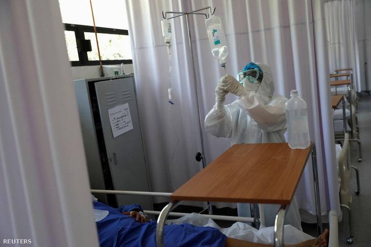 Betegápoló egy mexikói katonai kórházban, ahol koronavírus-fertőzött betegeket ápolnak 2020. június 9-én