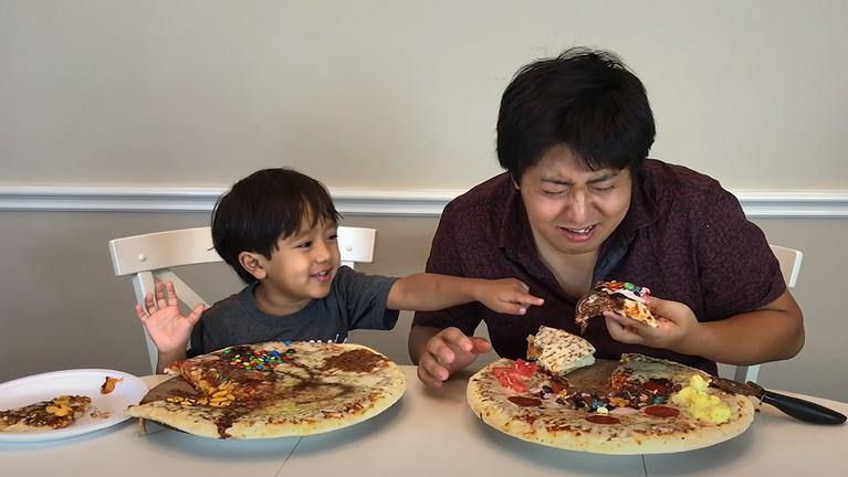 A figyelem, mint gigaüzlet: százmillió ember követi, ahogy egy 8 éves fiú pizzát kóstol