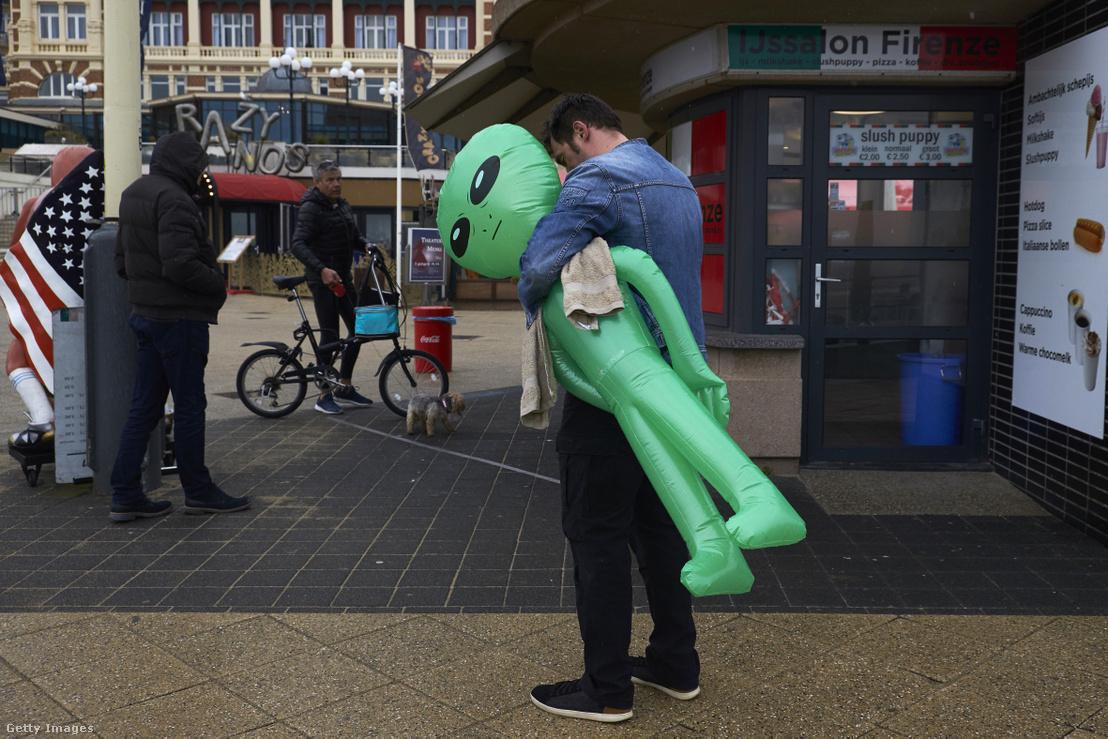 Turista egy felfújható, AliExpress-en vásárolt, műanyag űrlénnyel a kezében.
