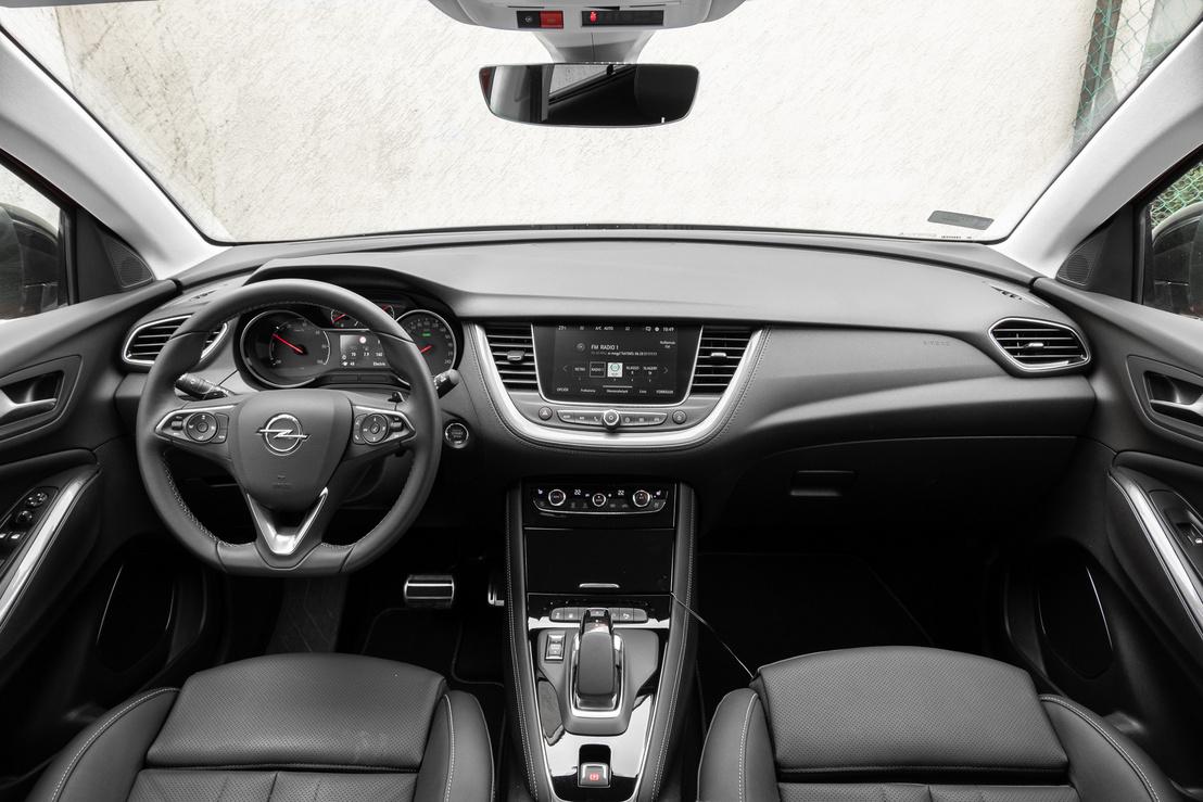 Már öt-hat éve is kínos volt a PSA matt, halvány, kontrasztszegény központi kijelzője, ez érkezett meg most az Opelhez