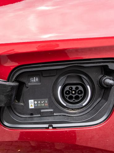 A plug-in Grandlandnak két betöltőnyílása van, érdekes módon az egyik gombbal nyitható, az utastérből (a benziné), ez meg csak úgy simán, a fedél megnyomásával