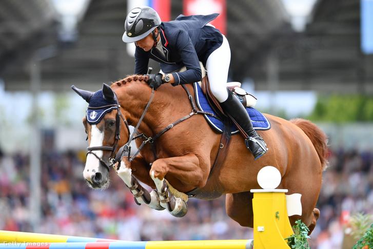 Nadja Peter Steiner lovát ugratja a 2017-es aacheni versenyen