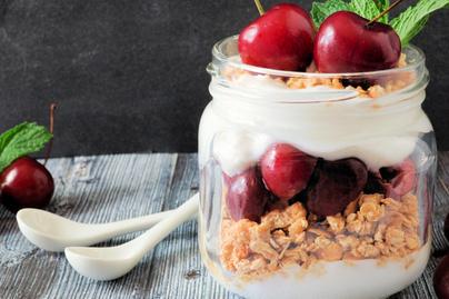 Selymes cseresznyés pohárdesszert görög joghurttal – Gyors nyári édesség