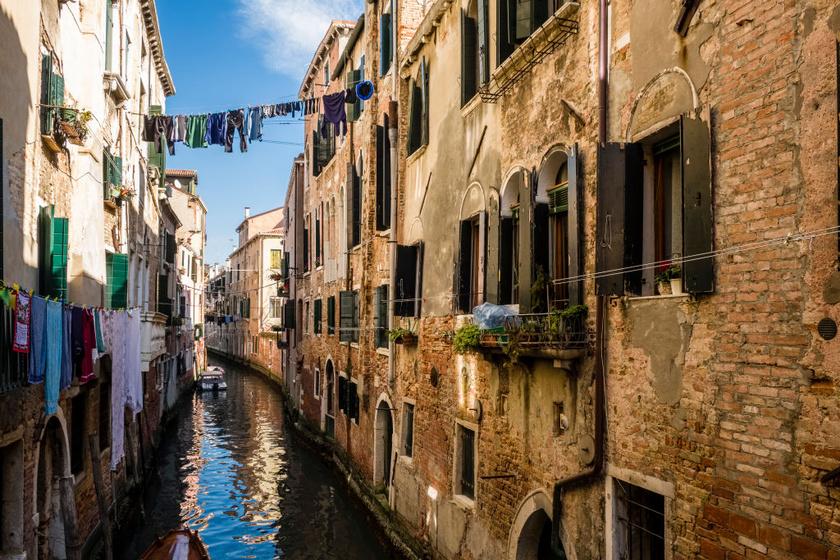 Velencében nemcsak a falak mentén, de a csatornák fölött is lógnak száradó ruhák. A két szemben lévő lakás tulajdonosa rögzíti a szárítókötelet az ablakoknál, majd csörlőmozdulatokkal szedik be őket.
