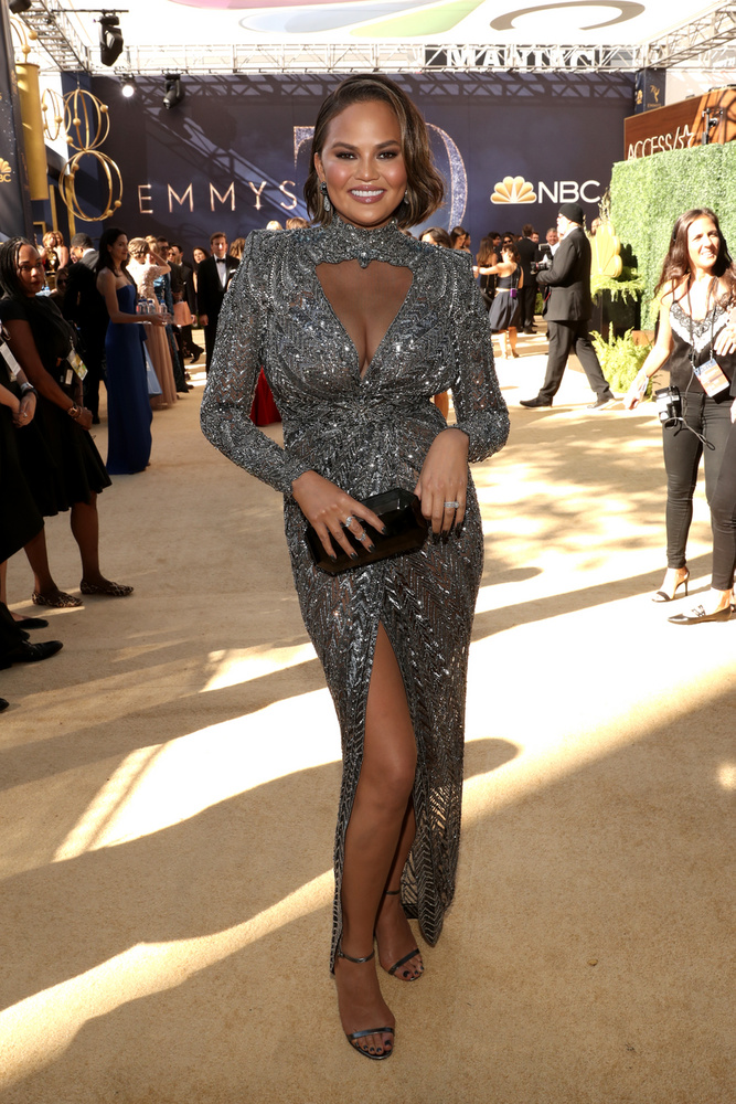 Ebben a mellhangsúlyos ruhában jelent meg például a 2018-as Emmy-gálán.