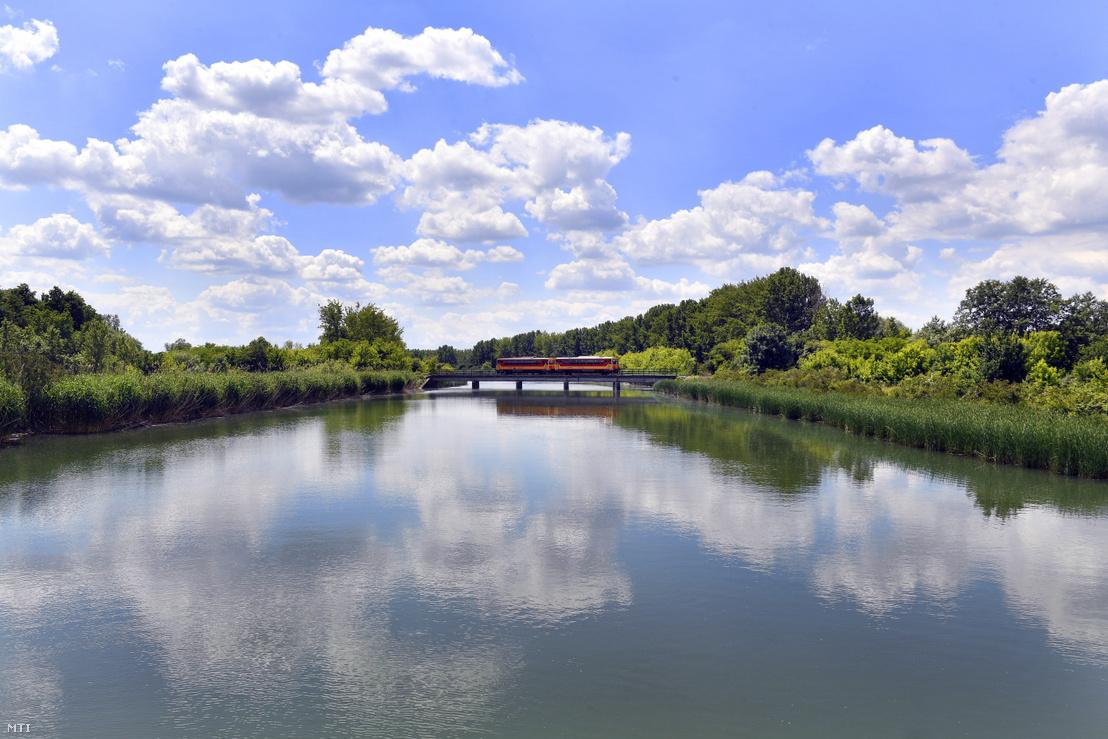 Személyvonat halad Abádszalóknál a Nagykunsági Öntöző Főcsatorna hídján