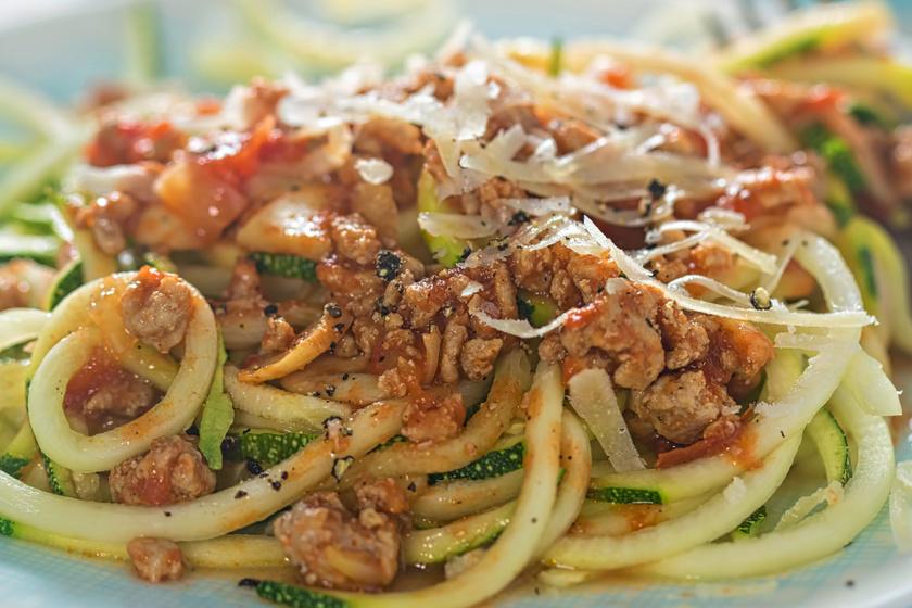 Isteni bolognese cukkinispagettiből – Szénhidrátmentesen laktató fogás