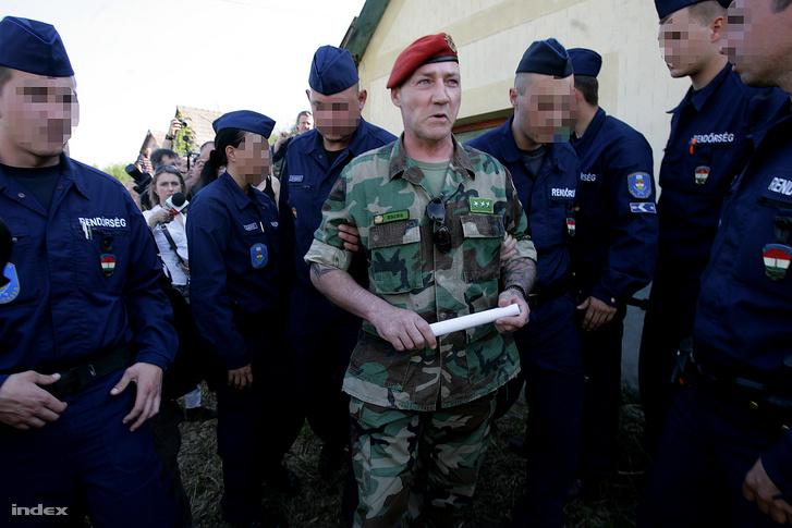 A rendőrök elvezetik Eszes Tamást, a magát Véderőnek nevező szervezet országos megbízott parancsnokát, a mozgalom katonai alapismereteket oktató gyöngyöspatai táborának szervezőjét 2011. április 22-én