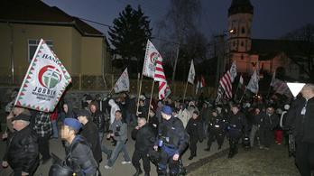 A rendőrség tétlenül nézte, ahogy szélsőjobboldali csoportok járőröztek