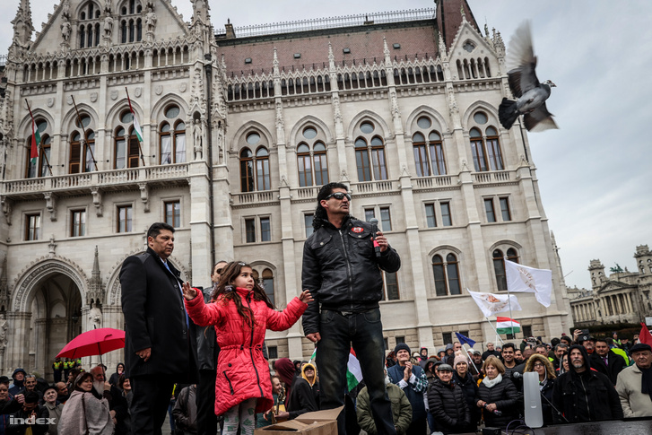 Galambot reptetnek a Szabad bíróság! Szabad Gyöngyöspata! tüntetésen a Kossuth téren 2020. február 23-án. A demonstrációt a Szabad Bíróság Szabad Gyöngyöspata, az Amnesty International Magyarország, a TASZ, az 1 Magyarország Kezdeményezés, a Szociális Csomagküldő Mozgalom (Szocsoma), az Idetartozunk Egyesület és a Főnix Mozgalom szervezte.