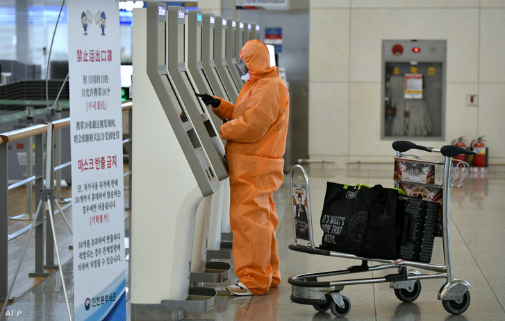 Utas csekkol be a dél-koreai Incshoni nemzetközi repülőtér 2020 márciusában.