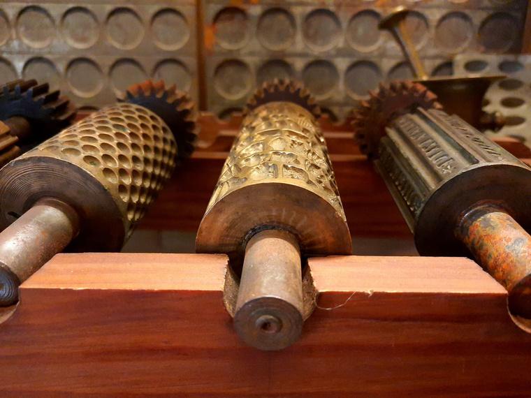 A cukrászda galériáján cukrásztörténeti minikiállítás is várja az érdeklődőket, a vitrinekben igazi cukrásztörténeti régiségekkel