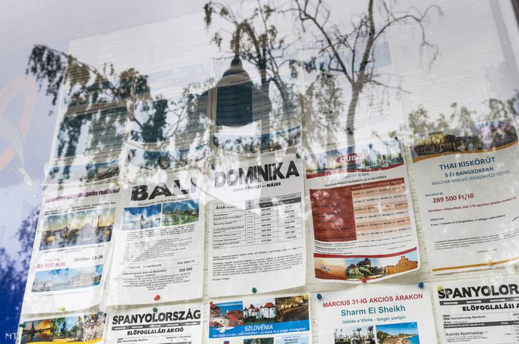 A koronavírus-járvány kitörése előtt meghirdetett külföldi utak tájékoztatói egy nyíregyházi utazási iroda kirakatában 2020. május 12-én