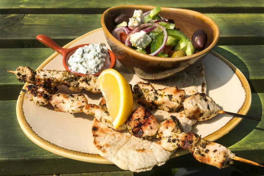 Görög csirkés nyárs, avagy souvlaki: fokhagymás, oregánós pácban érlelve a legjobb