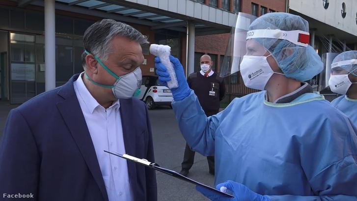 Orbán Viktor több kórházat is meglátogatott a koronavírus-járvány idején, amiről videót is publikált saját facebook oldalán. Itt épp a Balassa János Kórházban tett látogatása során látható 2020. április 12-én.