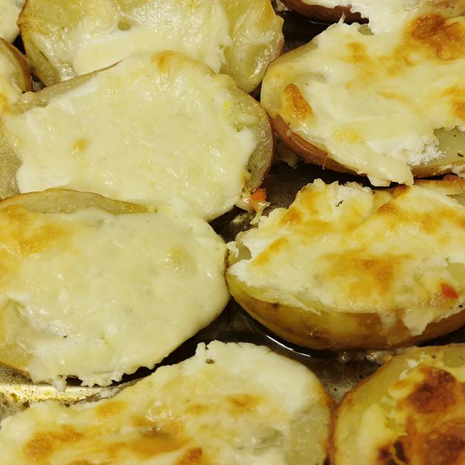Egyszerű tepsis köret újburgonyából: a tejföltől és a sajttól hihetetlenül krémes lesz