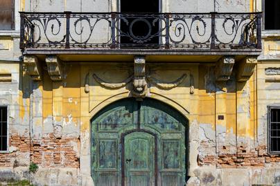 elhagyott kastély nyitó