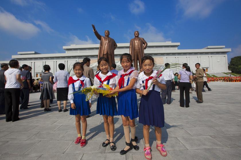 Ilyen a gyerekek élete Észak-Koreában: már egész korán megismerkednek az ideológiákkal