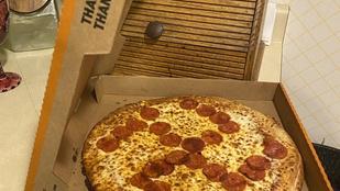 Nem jó ötlet szalámiból pizzára szvasztikát kirakni