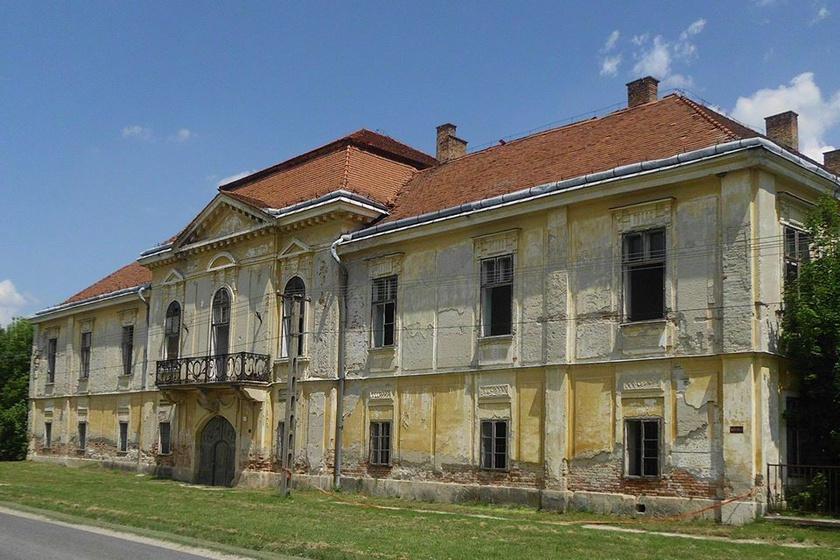 A Válon látható Ürményi-kastély védett műemlék, 1780-ban kezdték építeni, 1800-ban fejezték be a munkálatokat. Ürményi József főispán birtokolta, családja 1878-ban adta el a copf stílusú épületet. Később hadi kórházként, katonai szálláshelyként, könyvtárként, sőt mezőgazdasági szakiskolaként is működött, azonban jelenleg kihasználatlan.