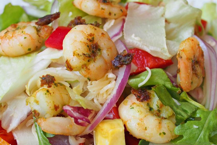 Friss, nyári saláta aranybarnára sütött garnélarákkal és mézes-citrusos dresszinggel