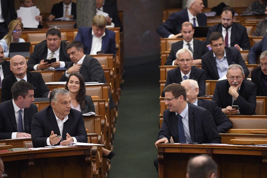 Orbán Viktor miniszterelnök és Gulyás Gergely miniszterelnökséget vezető miniszter a veszélyhelyzet megszüntetéséről szóló törvényjavaslat végszavazása után az Országgyűlés plenáris ülésén 2020. június 16-án.