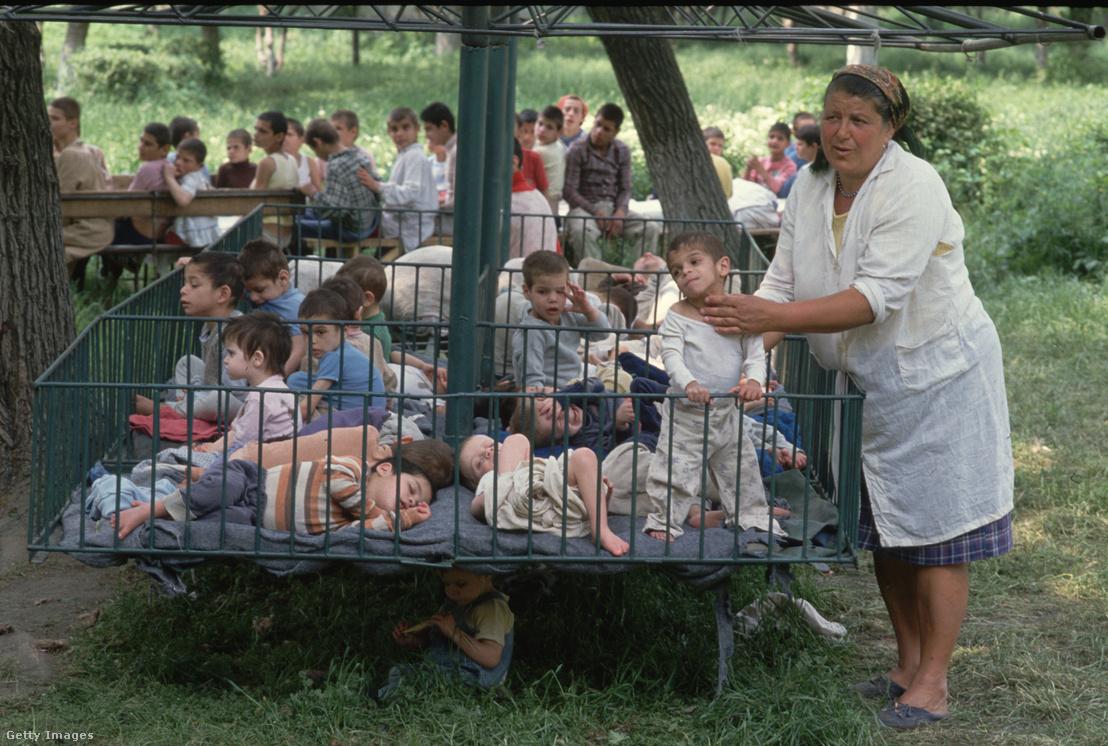 Javarész HIV-pozitív gyerekek egy romániai értelmi sérült gyerekeknek fenntartott intézetben 1990-ben