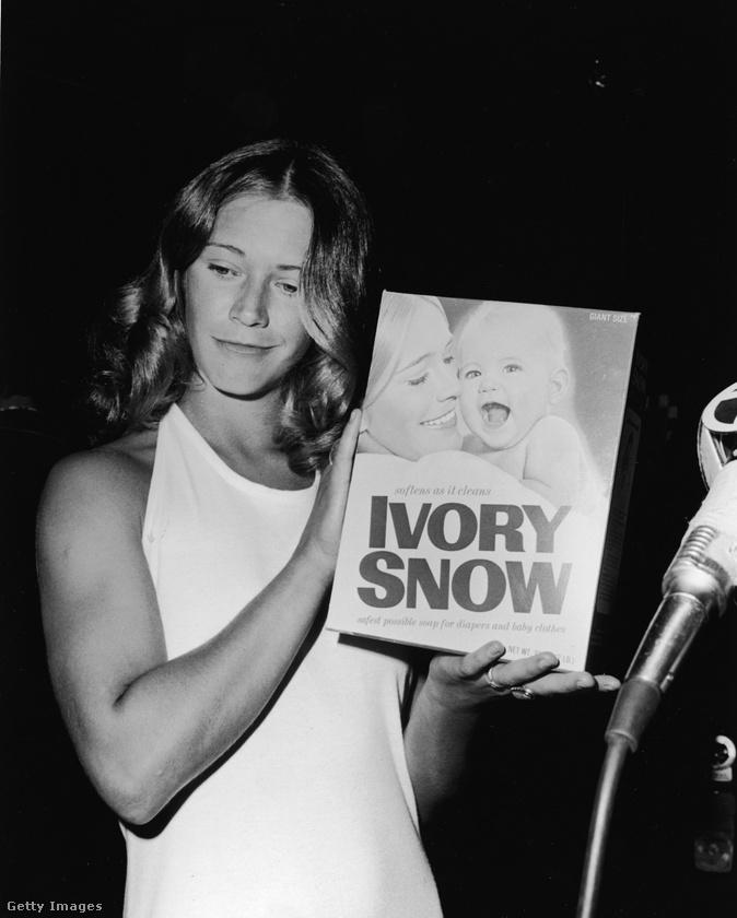 Marilyn Chambers a pornószereplés előtt többek között reklámokban is feltűnt, itt például egy mosóporos dobozt mutat, amit az arcképével díszítettek.