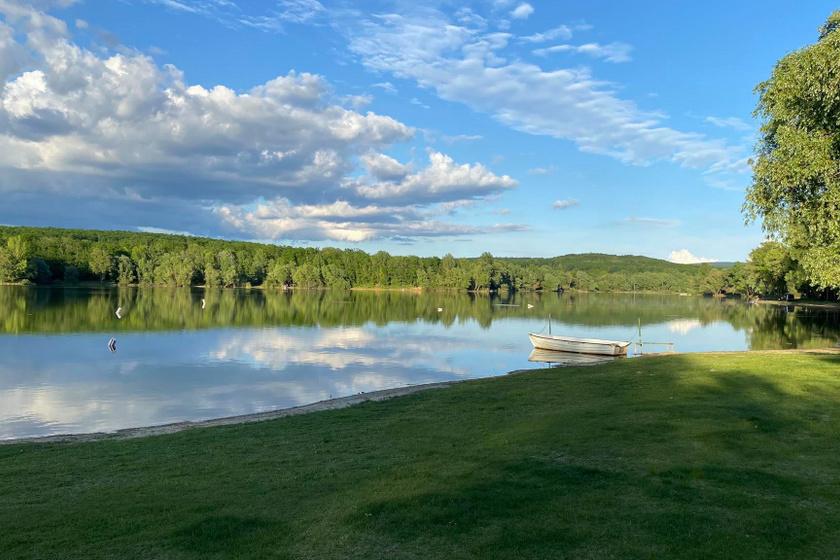 A hangulatos, eldugott kis tóban tömeg nélkül fürödhetsz: Nagytevel a Bakony gyöngyszeme